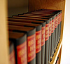 Books on a shelf. Picture: Maclatz/Pixelio.de