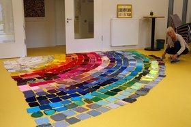 """Die Künstlerin Ute Lennartz-Lembeck legt die Farb-Quadrate für ein """"Tipi"""" in 23 Bahnen. Foto: Stadt Oldenburg."""