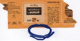 Ein Faden aus der Altenburger Wollspinnerei mitsamt Etikett. Foto: privat