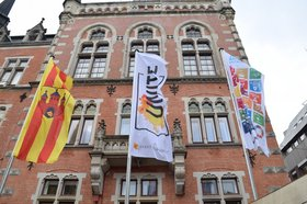 UN!TE-Flaggen vorm Oldenburger Rathaus. Foto: Stadt Oldenburg