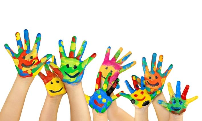 Bunte Kinderhände. Foto: BeTA-Artworks/Fotolia.com
