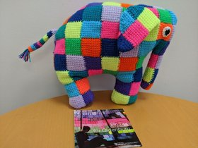 """Gestrickter Elefant """"Elmar"""" aus dem Kinderbuch von David McKee. Foto: Stadt Oldenburg."""